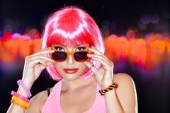 Schönes Party-Girl. Stilvolles rosa Haar. Sommersprossiges Mädchen Stockbild