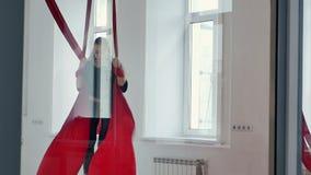 Schönes Pfostentänzerfliegen, unter Verwendung der Luftseide im Studio stock video