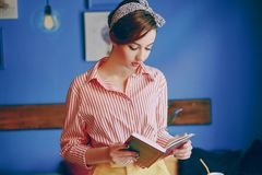 Schönes Pin-up-Girl lizenzfreie stockbilder