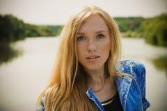 Schönes Porträt der jungen Frau Stockfotos