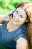 Schönes Porträt der jungen Frau, das am Telefon spricht Stockbild