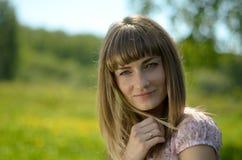Schönes Porträt der jungen Frau in einem grünen Park lizenzfreies stockfoto