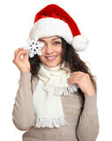 Schönes Porträt der jungen Frau im Sankt-Helferhut mit der großen Schneeflocke, die auf Weiß aufwirft Stockfotos