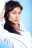 Schönes Porträt der jungen Frau mit dem Fliegenhaar Lizenzfreie Stockfotos