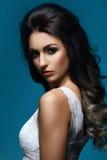 Schönes Porträt der jungen und attraktiven Frau Lizenzfreie Stockfotos