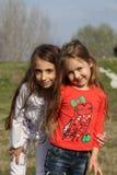 Schönes Porträt der kleinen Schwestern Stockfotografie