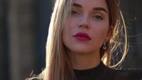 Schönes Porträt der modernen Frau, das Kameranahaufnahme betrachtet stock video footage