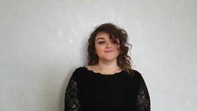 Schönes Porträt des gelockten Haares des Mädchens stock footage