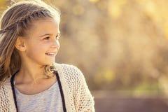 Schönes Porträt des lächelnden kleinen Mädchens draußen Lizenzfreie Stockfotografie