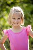 Schönes Porträt des lächelnden kleinen Mädchens draußen Stockfotografie