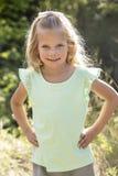 Schönes Porträt des lächelnden kleinen Mädchens draußen Stockfotos