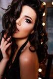 Schönes Porträt des verlockenden und sexy weißen Mädchens, das zur Kamera, Frau mit dem lang flüssigen gelockten Haar herein träg Lizenzfreie Stockbilder