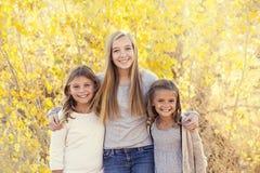 Schönes Porträt von lächelnden glücklichen Kindern draußen Lizenzfreie Stockfotografie