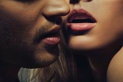 Schönes Porträt von Lippen des jungen Mannes Stockfotografie