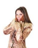 Schönes Portrait der jungen Frau im Pelzmantel lizenzfreies stockfoto