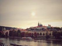 Schönes Prag Erstaunliche Ansicht über die Moldau-Fluss Tschechische Republik lizenzfreie stockfotos