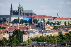 Schönes Prag gesehen von Vysehrad lizenzfreie stockfotos