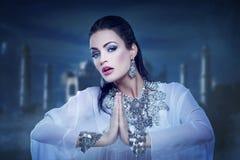 Schönes Prinzessinbauchtanzen in Orient-Nacht stockfotografie