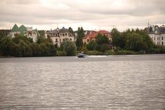 Schönes Privateigentum nahe dem Fluss Stockfotos