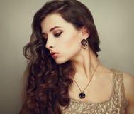 Schönes Profil des weiblichen Modells unten schauend Lizenzfreie Stockfotos
