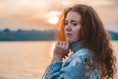 Schönes redhaired Mädchen bei Sonnenuntergang lizenzfreie stockfotos