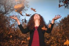 Schönes redhaired Mädchen mit fallende Blätter stockfoto