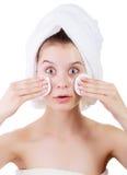 Schönes Reinigungstampon der jungen Frau die Haut auf Gesicht nach Bad im Tuch auf der Hand auf weißem Hintergrund Lizenzfreie Stockbilder