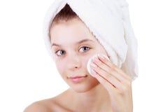 Schönes Reinigungstampon der jungen Frau die Haut auf Gesicht nach Bad im Tuch auf der Hand lokalisiert auf weißem Hintergrund Lizenzfreie Stockfotos