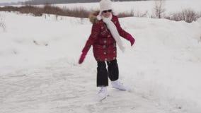 Schönes Reiten des jungen Mädchens auf Zahl Rochen Eisbahnenvorrat-Gesamtlängenvideo am im Freien stock footage