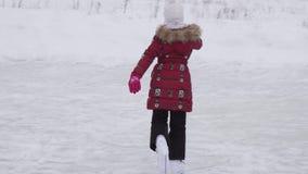 Schönes Reiten des jungen Mädchens auf Zahl Rochen Eisbahnenvorrat-Gesamtlängenvideo am im Freien stock video