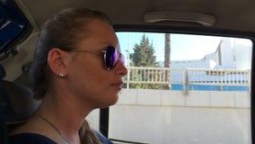 Schönes Reiten des jungen Mädchens in einem Auto im Rücksitz stock video footage