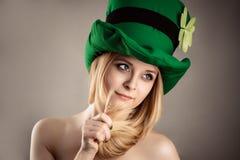 Schönes reizend blondes Mädchen im Koboldbild lokalisiert auf grauem Hintergrund Lizenzfreie Stockfotografie