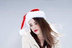 Schönes reizend Mädchen, das Sankt-Hut trägt lizenzfreie stockbilder