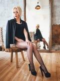 Schönes reizvolles blondes Mädchen Stockfotografie
