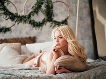 Schönes reizvolles blondes Mädchen Lizenzfreie Stockfotos