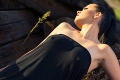 Schönes reizvolles Brunettemädchen Stockfoto