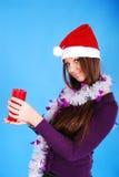 Schönes reizvolles Mädchen, das Weihnachtsmann-Kleidung trägt. Stockbilder