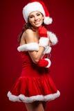 Schönes reizvolles Mädchen, das Weihnachtsmann-Kleidung trägt lizenzfreies stockbild