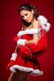 Schönes reizvolles Mädchen, das Weihnachtsmann-Kleidung trägt stockbild