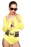 Schönes reizvolles Mädchen im gelben Badeanzug Lizenzfreie Stockfotos