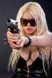 Schönes reizvolles Mädchen mit Gewehr stockbild