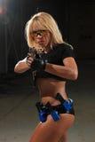 Schönes reizvolles Mädchen mit Gewehr Lizenzfreies Stockbild
