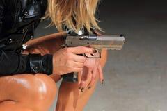 Schönes reizvolles Mädchen mit Gewehr Stockfotos