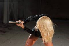 Schönes reizvolles Mädchen mit Gewehr Stockfoto