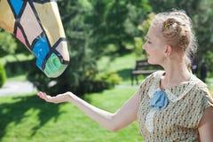 Schönes romantisches blondes Mädchen im Retrostil, der nahen Notfall steht Stockfoto