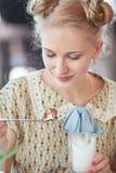 Schönes romantisches blondes Mädchen im Retrostil Kuchen mit a essend Lizenzfreie Stockfotos