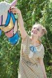Schönes romantisches blondes Mädchen im Retrostil spielt mit Statue Lizenzfreie Stockbilder
