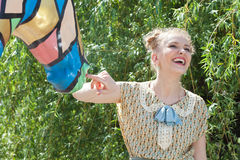 Schönes romantisches blondes Mädchen im Retrostil spielt mit Statue Stockfotografie