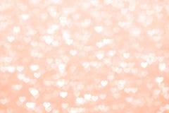 Schönes romantisches des roten Hintergrundes des Unschärfeherzens, weiches Pastellfarberot des Funkeln bokeh Lichtherzens, Herzhi stockfotografie
