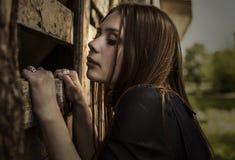 Schönes romantisches Mädchen draußen im Dorf Lizenzfreie Stockfotos